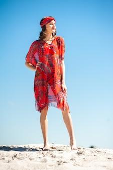 Dziewczyna nad morzem atrakcyjna młoda kobieta w tunice na plaży