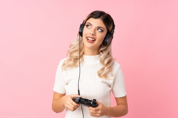 Dziewczyna nastolatka, grając w gry wideo