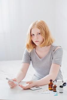 Dziewczyna nastolatka mierzy poziom cukru we krwi