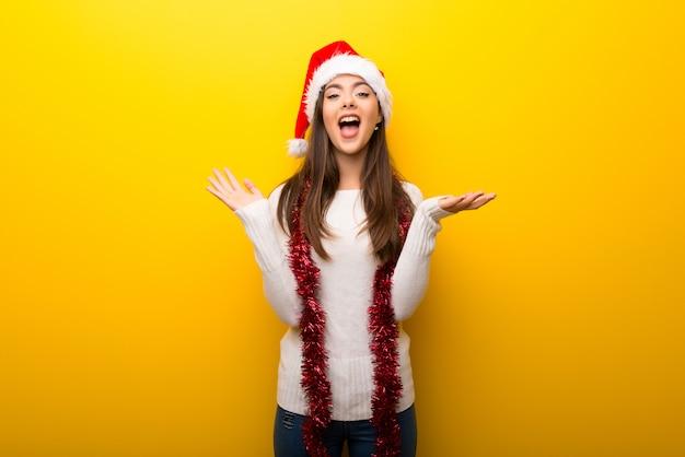 Dziewczyna nastolatka świętuje święta bożego narodzenia z niespodzianką i zszokowany wyraz twarzy