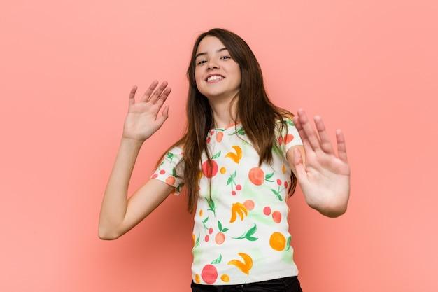 Dziewczyna nosi letnie ubrania