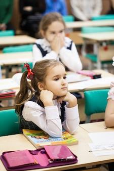Dziewczyna nosi mundurek szkolny w szkole
