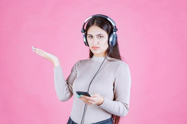 Dziewczyna nosi słuchawki i nie lubi muzyki na swojej liście odtwarzania