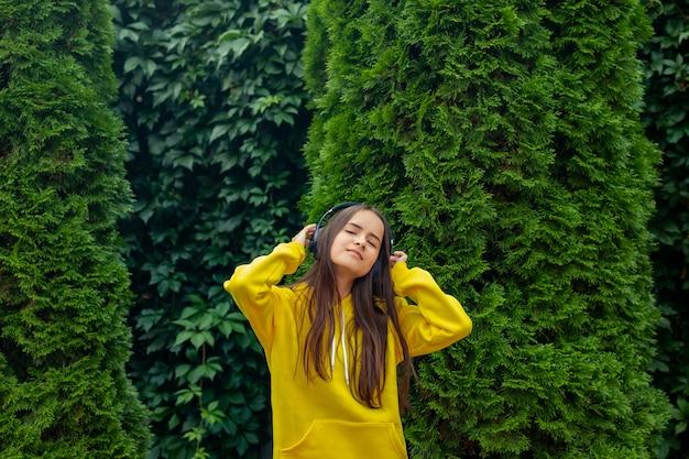 Dziewczyna nosi słuchawki na ulicy