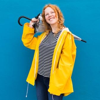 Dziewczyna nosi żółty płaszcz przeciwdeszczowy