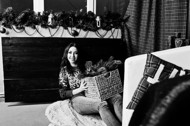 Dziewczyna nosić na swetry zimowe w pokoju z dekoracjami bożonarodzeniowymi.
