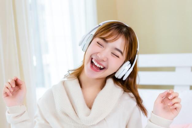 Dziewczyna nosiła słuchawki i słuchała muzyki na łóżku