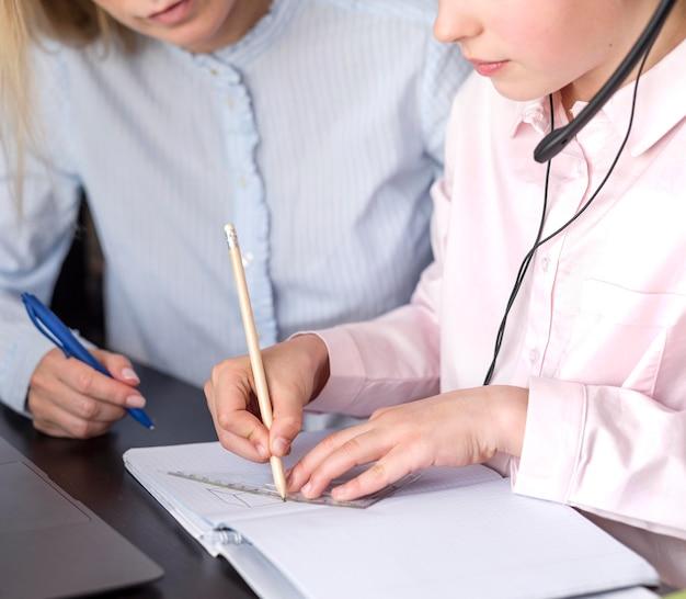 Dziewczyna notatek obok nauczyciela