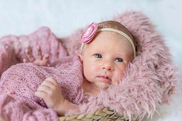 Dziewczyna noworodka malucha