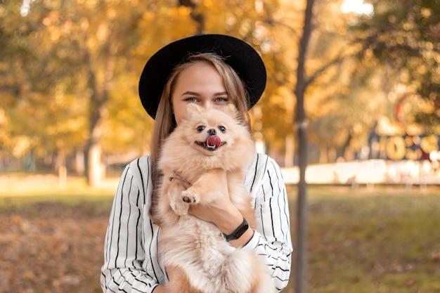 Dziewczyna o europejskim wyglądzie w czarnym kapeluszu z blond włosami
