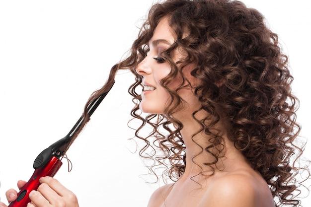 Dziewczyna o idealnie kręconych włosach