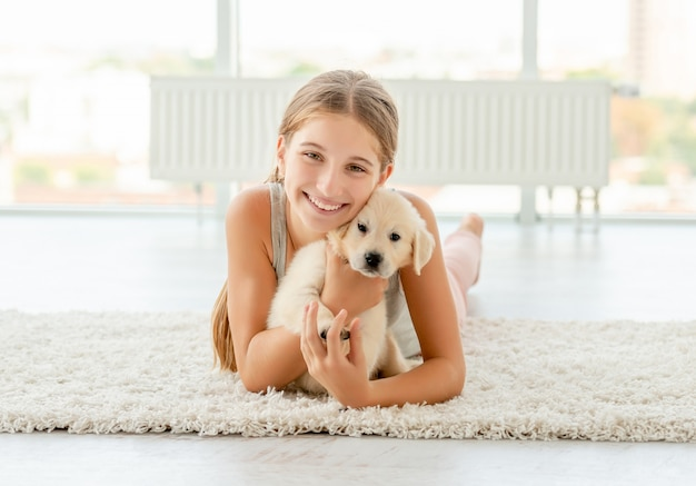 Dziewczyna obejmując retriever szczeniaka