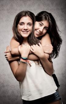 Dziewczyna obejmując swoją siostrę