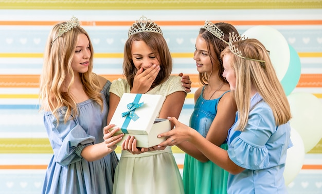 Dziewczyna odbiera prezent na przyjęciu urodzinowym