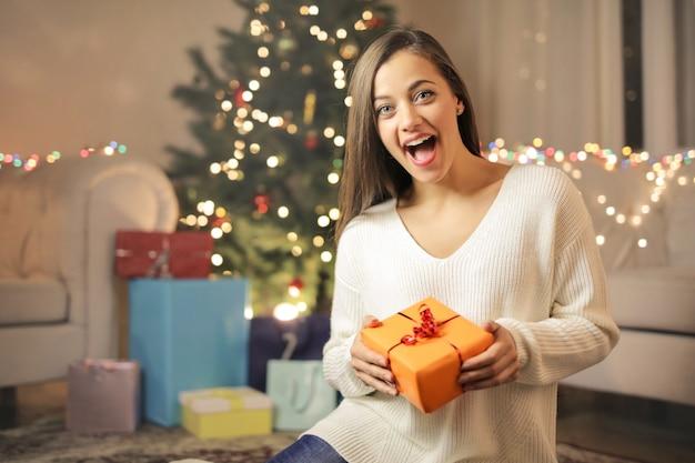 Dziewczyna odbiera prezenty świąteczne