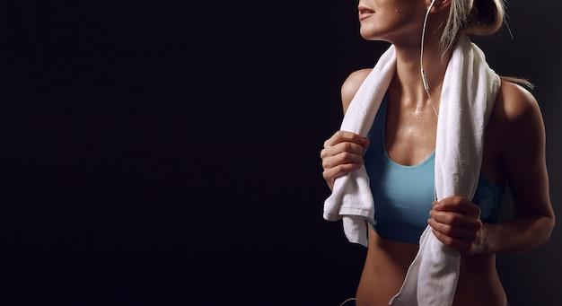 Dziewczyna odpoczywa po ćwiczeń w gym