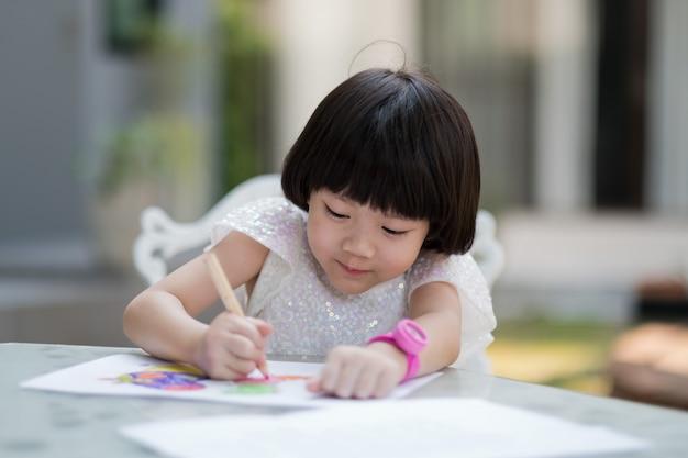 Dziewczyna odrabiania lekcji, papier do pisania dla dzieci, koncepcja edukacji, powrót do szkoły