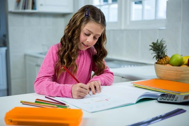 Dziewczyna odrabianiu lekcji