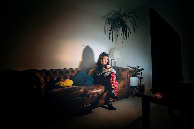 Dziewczyna ogląda film samotnie