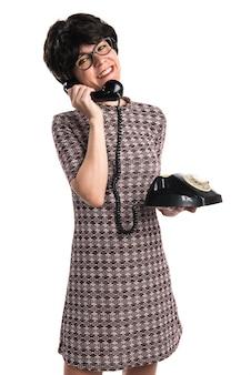 Dziewczyna opowiada rocznika telefon z rocznika spojrzeniem
