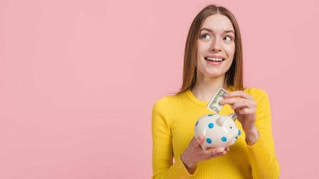 Dziewczyna oszczędza pieniądze