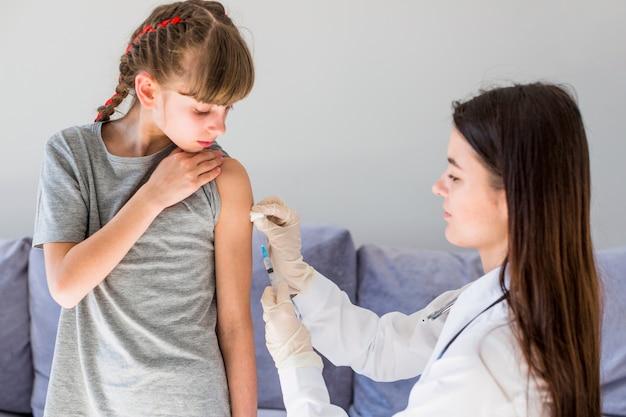 Dziewczyna otrzymująca injecton