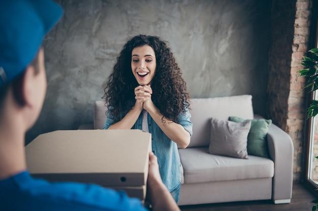 Dziewczyna otrzymująca smaczne pyszne pyszne pudełka na ciasto w nowoczesnym loftowym stylu industrialnym w pomieszczeniu
