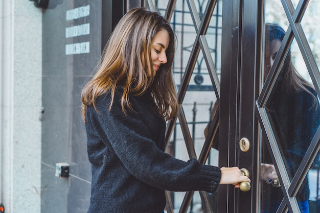 Dziewczyna otwiera drzwi