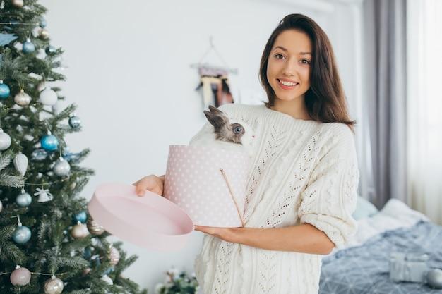 Dziewczyna otwiera prezenty świąteczne.