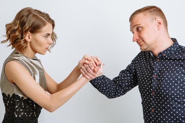 Dziewczyna owinęła ramiona wokół dłoni faceta, który zacisnął pięść.