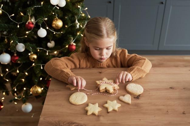 Dziewczyna pakująca ciasteczka dla świętego mikołaja
