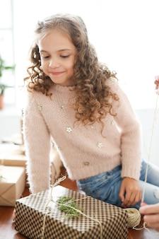 Dziewczyna pakuje prezenty
