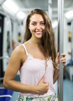 Dziewczyna pasażera wewnątrz pociągu