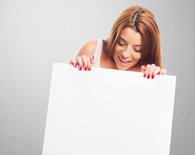 Dziewczyna patrząc na biały sztandar