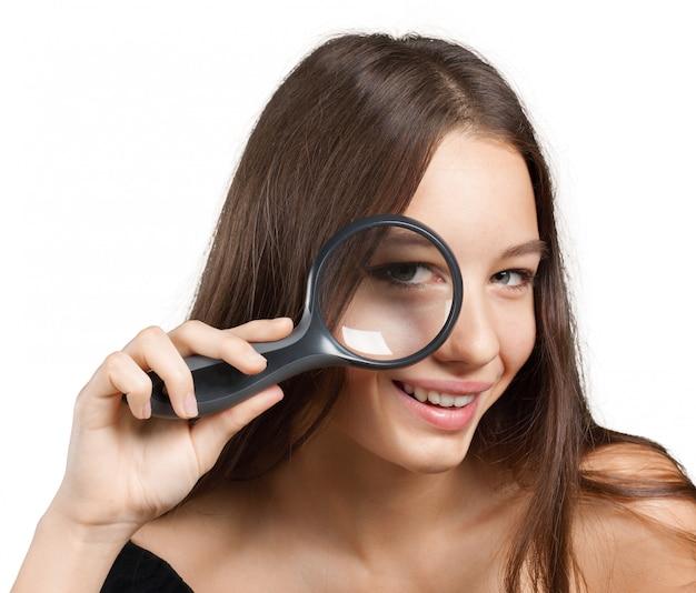 Dziewczyna patrząc przez szkło powiększające