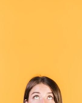 Dziewczyna patrzeje above z kopii przestrzenią