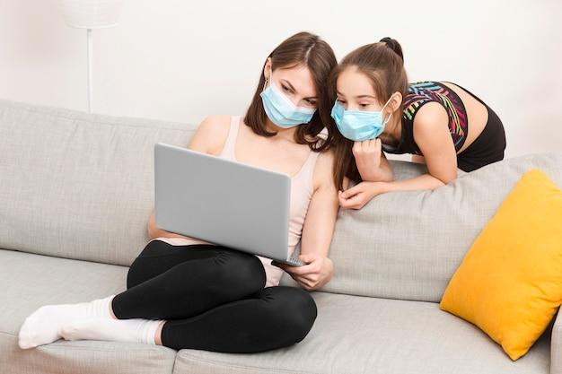 Dziewczyna patrzeje na mama laptopie