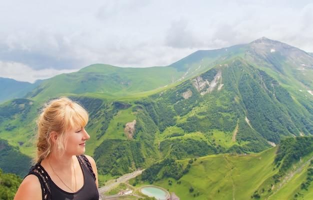 Dziewczyna patrzy na góry gruzji.