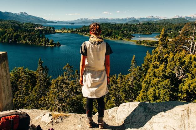 Dziewczyna patrzy na jezioro nahuel huapi, san carlos de bariloche w argentynie