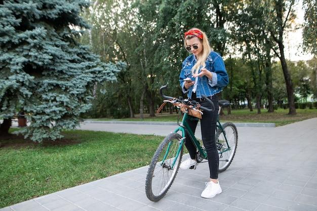 Dziewczyna patrzy na trasę rowerową na smartfonie
