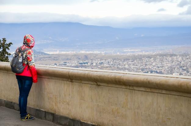Dziewczyna patrzy na wysokie góry.