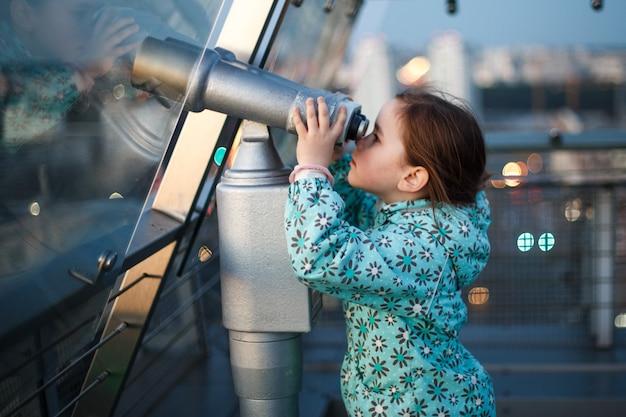 Dziewczyna patrzy przez teleskop