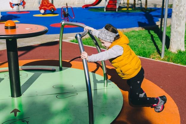 Dziewczyna pchanie ronda w parku