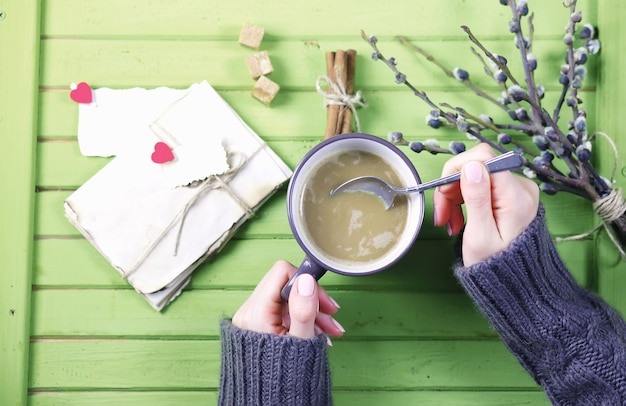 Dziewczyna pijąca gorącą kawę z kubka i wygląda na prezent walentynkowy