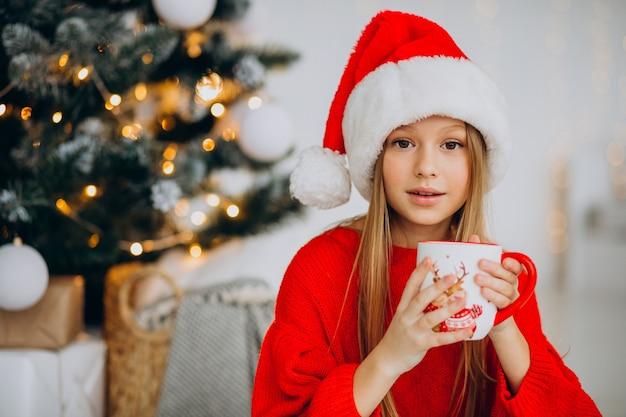 Dziewczyna pije kakao przez choinkę