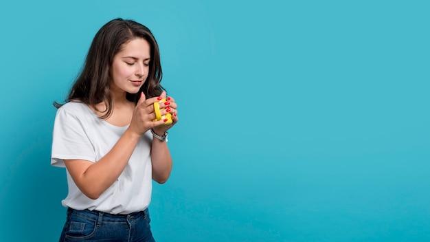 Dziewczyna pije kawę