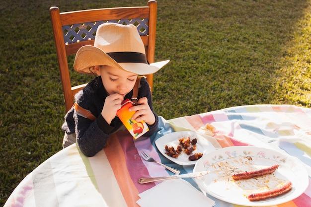 Dziewczyna pije sok przy outdoors