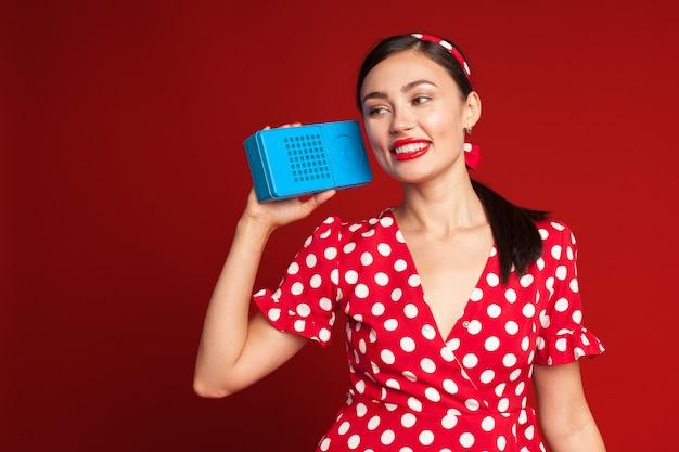 Dziewczyna pin up style słuchania starego radia