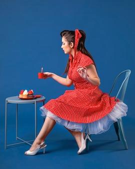 Dziewczyna pinup pozowanie obok stołu