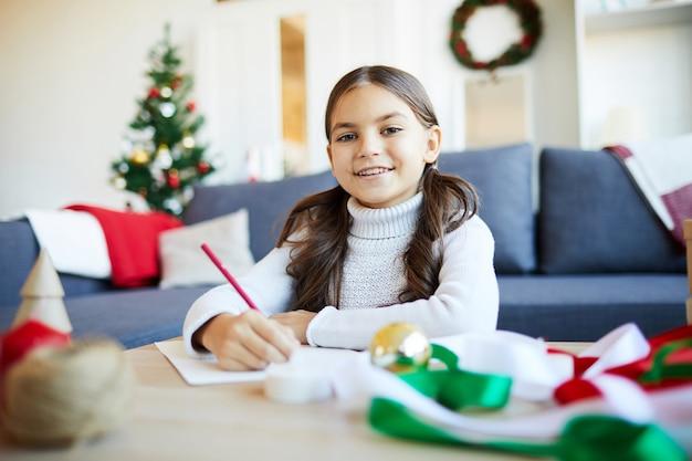 Dziewczyna pisze list do świętego mikołaja